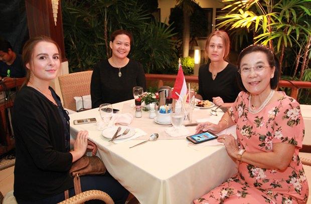 Radchada Chomjinda, Direktorin der HHNFT Thailand mit drei ihrer charmanten Helferinnen.