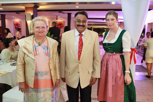 MC Peter Malhotra flankiert von Botschafterin Dr. Eva Hager (links) und ihrer Stellvertreterin Judith Schildberger.