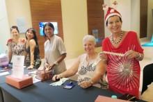 Mitglieder des PILC heißen Besucher willkommen. Die hübsche Mrs. Santa Claus ist Heidi Glemeau.