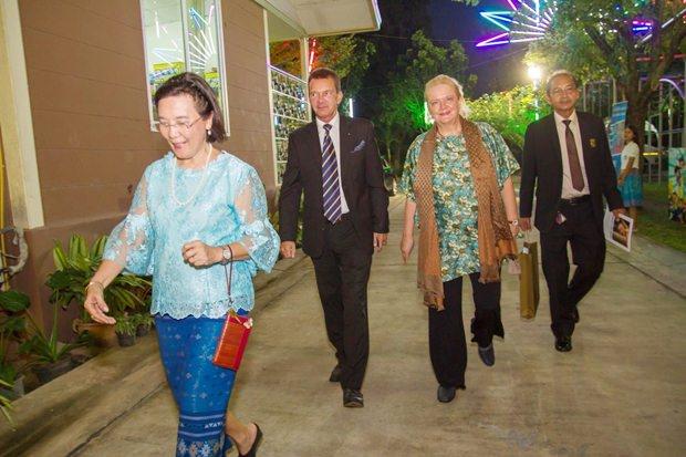 Österreichs Botschafterin Dr. Eva Hager (rechts) und Konsul Rudolf Hofer werden von HHNFT Direktorin Radchada Chomjinda (vorne) zu ihren Sitzen geleitet.