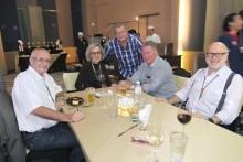 Mitglieder des Rotary Clubs Phönix Pattaya genießen die Party. (Von links: Dieter Barth, Marlis Wenger, Andy Labinski, Steffen Freitag und Dr. Wolfgang Schwertner.
