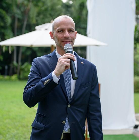 Jan Scheer, der Stellvertreter des Botschafters, der viel dazu beigetragen hatte, dass die Mauerteile im Garten der Botschaft aufgestellt werden konnten, führte durch den Event.