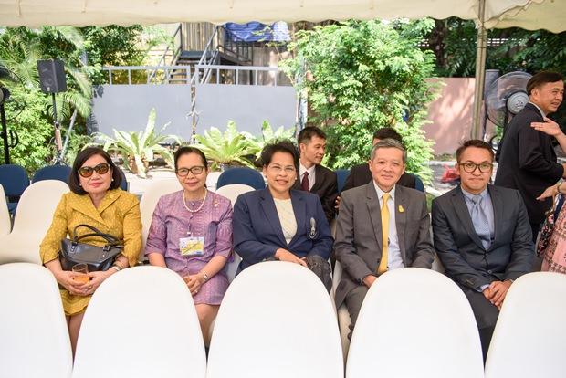 .... Die Professorinnen der Chitralada Berufsschule und die beiden Vertreter der Pattaya Stadtgemeinde waren einige der ersten Gäste.