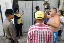 Polizeimajor Chatchai Rakkwamchob und der vorsitzende der Kao Talo Gemeinschaft bei der Besichtigung des besagten Hauses.