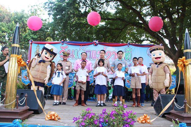 Kinder übernehmen die Pattaya Stadthalle.