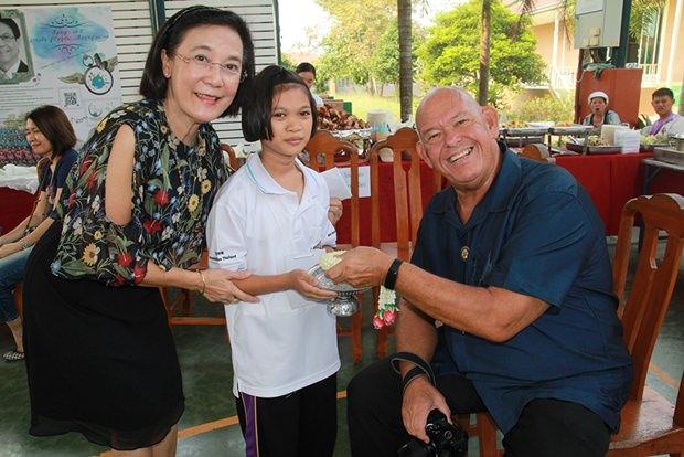 Dr. Mai Chaiyanit, Bürgermeister von Nongprue und einige Beamte gebn Essen aus.