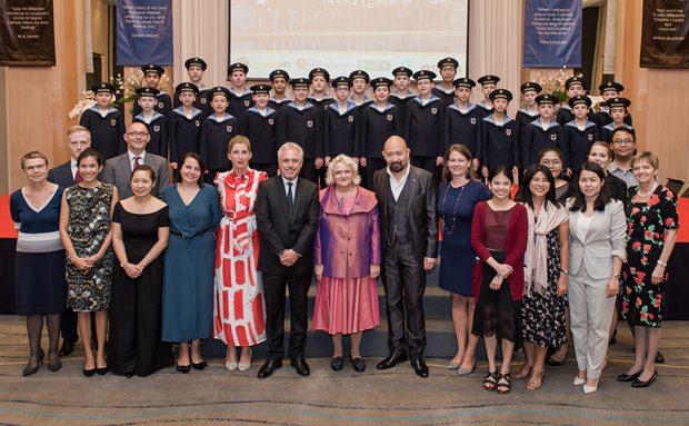 Gruppenfoto der anwesenden Botschaftsangehörigen mit den Wiener Sängerknaben. (Foto: Panuwat Sutathong)