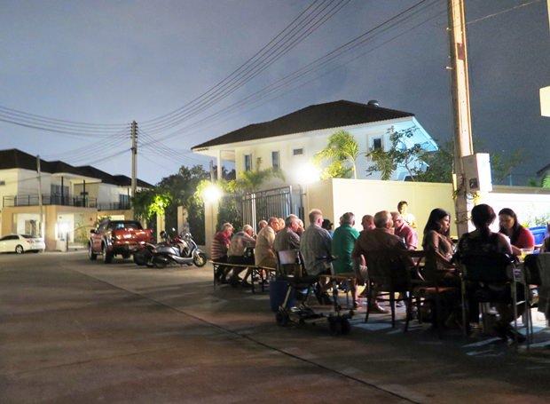 Die Gäste sitzen beim Festschmaus in den Straßen der schönen Anlage.
