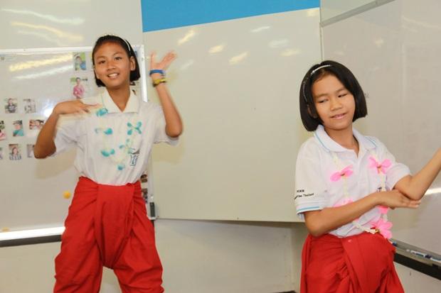 Die Kinder zeigen Tänze.