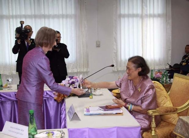 Dr. Otmar Deter und Dr. Margret Deter erhalten ihre Auszeichnung aus den Händen von Prizessin Sirindhorn.