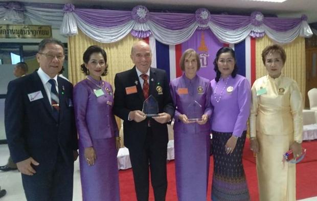 Stolz präsentieren Dr. Otmar und Dr. Margret Deter ihre Auszeichnungen gemeinsam mit einigen Clubkollegen des Rotary E-Clubs Dolphin Pattaya International.