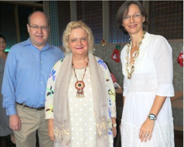Die österreichische Botschafterin Dr. Eva Hager (Mitte) wird von TAS Präsidentin Caroline Braunshofer (rechts) und Generalmanager Bruno Rotschädl begrüßt.