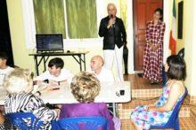 Paolo begrüßt die Gäste. Neben ihm steht die reizende Rita, seine Tochter (mein Patenkind). Gattin Ket sitzt rechts vorne im Bild.