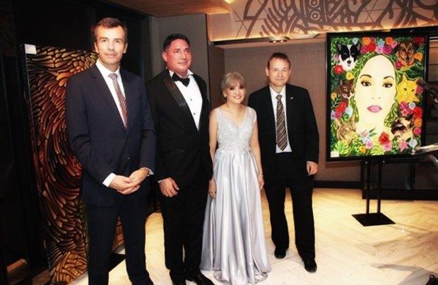 (Von links) Andreas Hess, Giuliano Cavallo, Piyanut Wilhelmy-Cavallo und Botschafter Georg Schmidt.