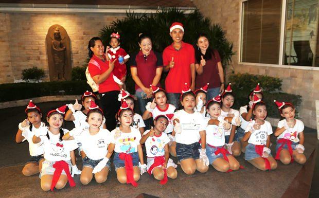 Die Kinder und Lehrer der Tung Klom Talman Schule.