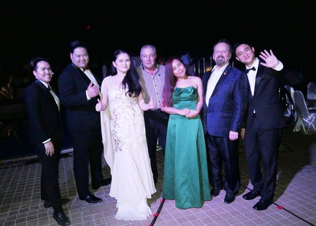Das Ensemble der Grand Opera Bangkok mit TGR Generalmanager Rene Pisters in ihrer Mitte.