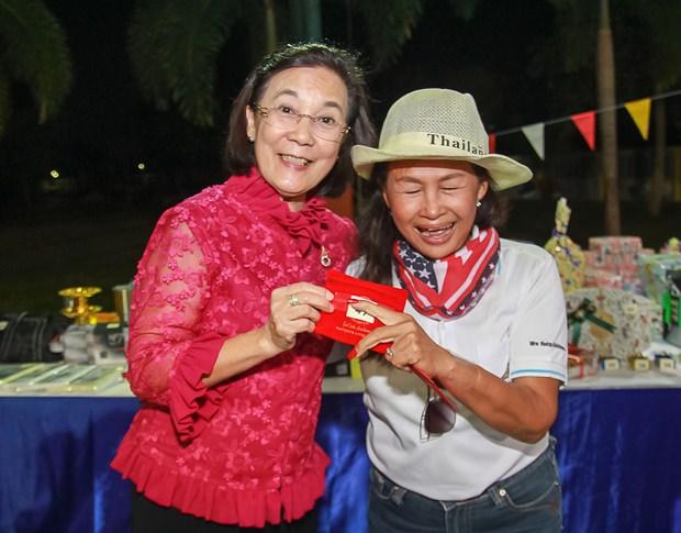 Glückliche Mitarbeiter erhielten Goldschmuck aus den Händen von Direktorin Radchada Chomjinda.