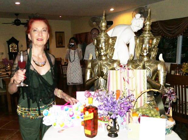 Doris, rank, schlank und fesch, begrüßt die Gäste mit Kir Royal.