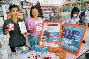 (Von links) Stadt-Krankenschwester Naanya Jantaraakard, und Wilaiwan Phulunglua, Chefin der Narkotik-Verhütung Pattayas machen diese Ankünmdigung.