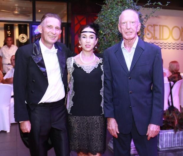 Gerrit und Anselma Niehaus gratulieren Heiko zum Geburtstag. Im Hintergrund sieht man Axel Brauer (im weißen Hemd).