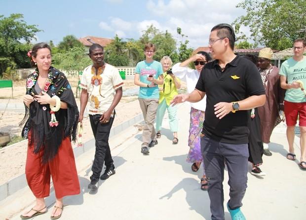 Siromet Akarapongpanitch zeigt den Gästen unter anderem auch den Gemüsegarten des CPDC.
