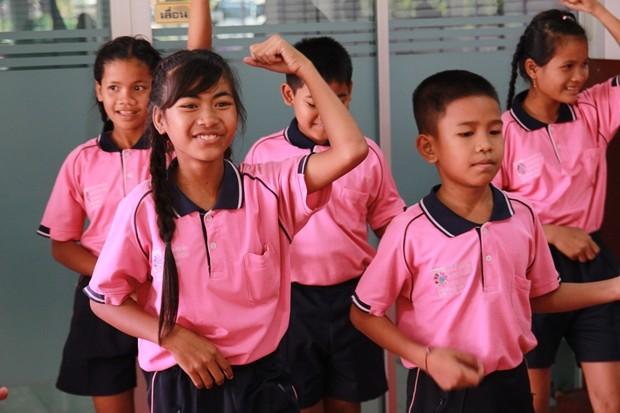 Die hübsche Show der Kinder aus verschiedenen Ländern.