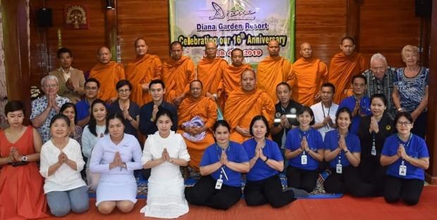 Sopin Thappajug führte mit ihren Angestellten und Freunden eine religiöse buddhistische Zeremonie durch. Unter anderem waren auch Radchada Chomjinda, die Direktorin des HHNFT und ihr Sohn und Assistent, Siromet Akarapongpanitch, mit dabei.