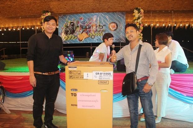 Jetsada Homklin, ein weiterer Reporter von Pattaya Mail gewann einen Kühlschrank. Dieser wurde ihm von Krengkai Wilailuk vom Central Festival Pattaya Beach übergeben.