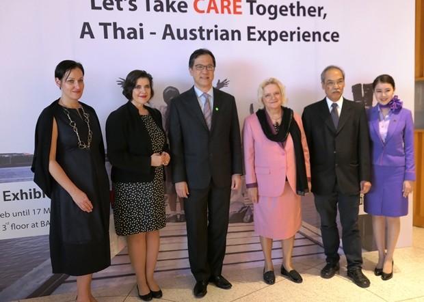 Österreichs Botschafterin Dr. Eva Hager bei der Begrüßung einiger Gäste.