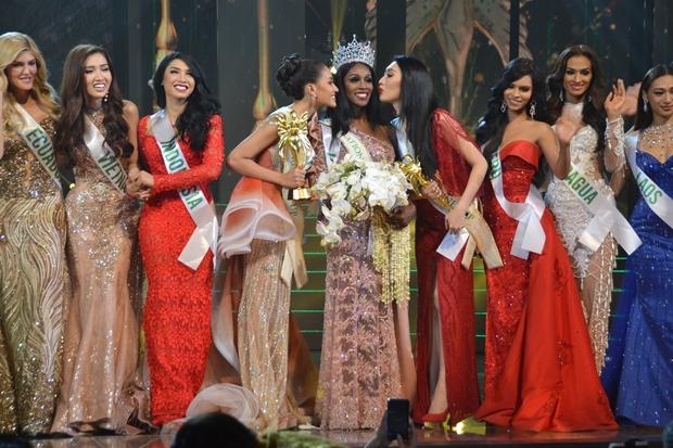 Die Zweit- und Drittplazierten, Kanwara Kaewjin aus Thailand (links Mitte) und Ya Ya aus China (rechts Mitte) geben der Siegerin Jazell Barbie Royale einen Glückwunsch-Kuss.