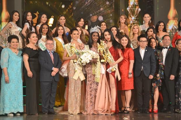 Die drei Siegerinnen und die andreren Teilnehmererinnen, sowie die Juroren, posieren gemeinsam am Ende des Abends.