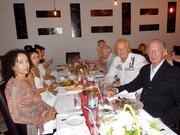 Ein Teil der Geburtstagsgäste. Im Vordergrund Anselma und Gerrit Niehaus.