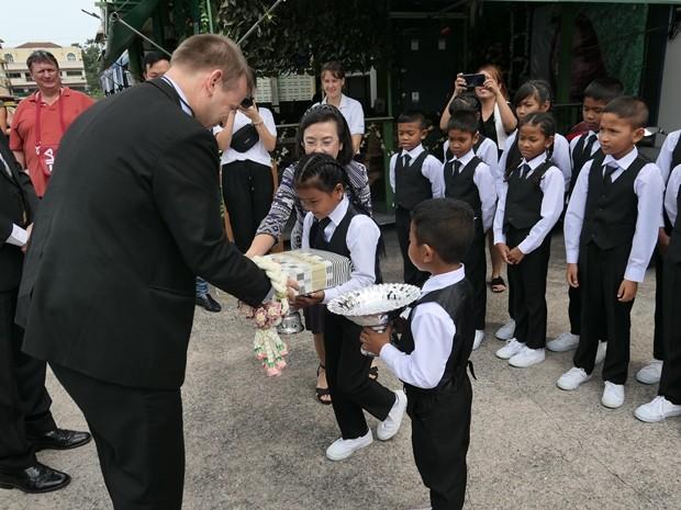 Der Botschafter erhielt bei seinem Eintreffen Blumengebinde berreicht.