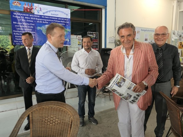 Botschafter Georg Schmidt begrüßt die Gäste. Hier Axel Brauer.