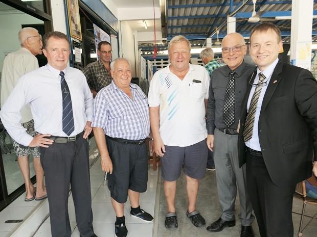 Und hier stellt sich der Botschafter zum Foto mit Fabian Arp, Claus Peter Lippert und ganz rechts Pfarrer Leuschner.