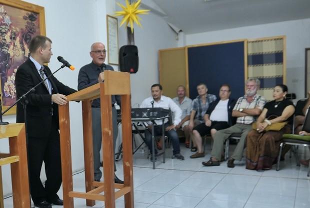 Die Gäste lauschen den Ausführungen des Botschafters.