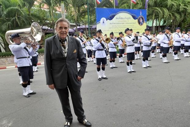 Axel Brauer scheint das Kommando auch über das Militär und die Musikkapelle zu haben.