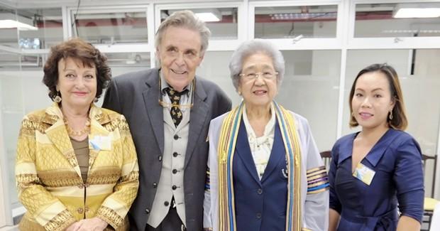 Ein Erinnerungsfoto mit der Alt-Präsidentin der Chitralada Schule, rechts neben Axel Brauer. Ganz rechts Bo Somkran und ganz links Elfi Seitz.