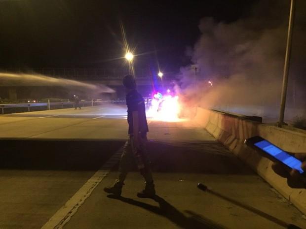 Der Chevrolet des Narong Yomha (in blau-weißem Hemd) brannte am Highway 7 völlig aus.