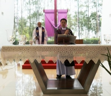 Vater Kritsada, der ehemalige Pastor Pattayas, stellt Vater Corsie Legaspi vor.