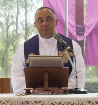 Vater Corsie Legaspi bei seinen Ausführungen und dem Gebet zu Beginn der Heilungssession.