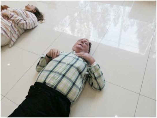 Viele fallen zu Boden nachdem der Priester sie berührt.