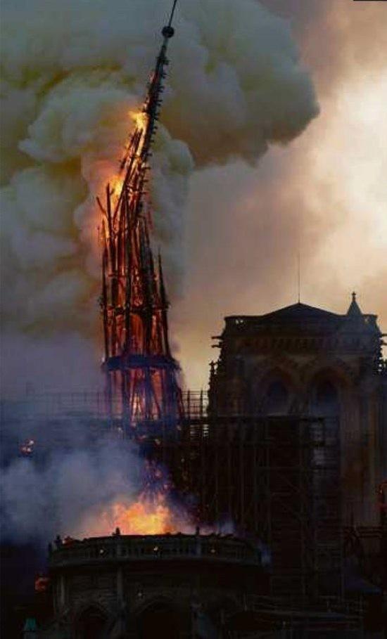 Notre Dame's 96 Meter hoher Turm kurz vor dem umstürzen.