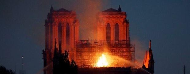 Das Dach der Kathedrale war in Feuer und Rauch gehüllt.