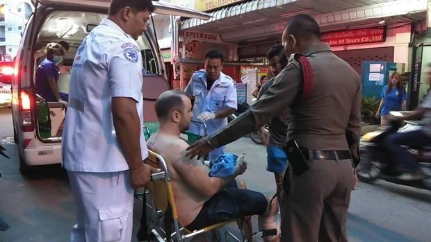 Benjamin Leister Crowson wurde von seiner liebenden Gattin mit dem Messer verletzt. Es geht eben nichts über die wahre Liebe der Thaifrauen...