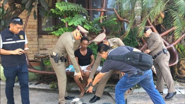 Wichai Tangthong (im schwarzen Hemd) gab zu, mit der Frau Sex gehabt zu haben aber stritt ab sie getötet zu haben.