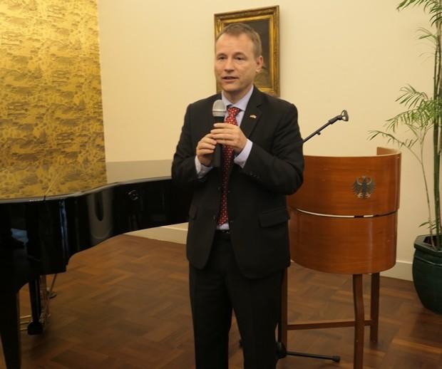 Botschafter Georg Schmidt begrüßt die Gäste und stellt Oliver Kahn vor.