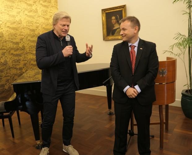 Oliver Kahn bedankt sich beim Botschafter für den herzlichen Empfang und hält – in perfektem Englisch – eine Rede.