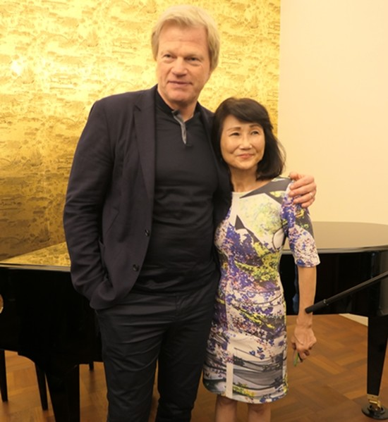 Oliver Kahn mit der charmanten Gastgeberin, der Gattin des deutschen Botschafters.