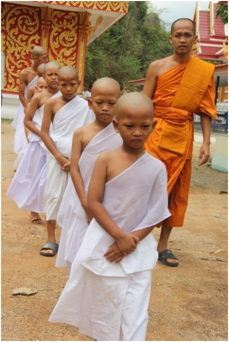Die jungen Novizen lernen mit gebeugtem Haupt zu gehen.